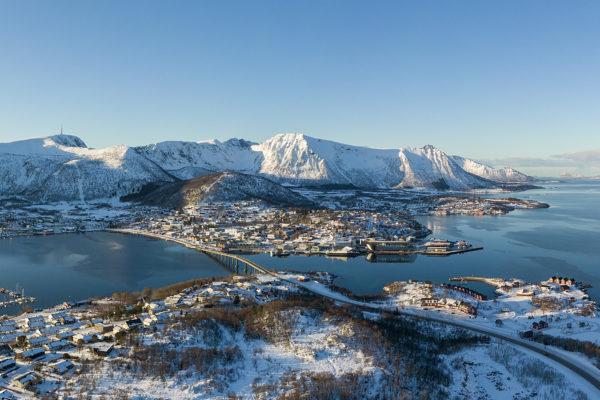 Panoramabilde av Stokmarknes i vinterdrakt.